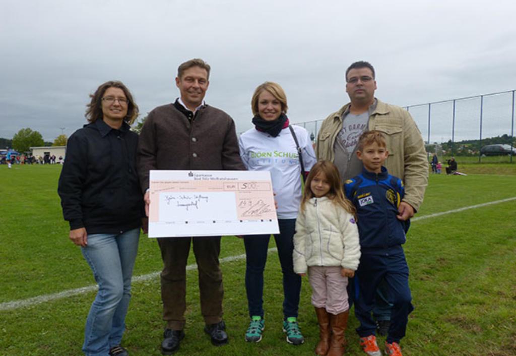 Spendenübergabe an Thomas Abele und Magdalena Neuner von der Björn Schulz Stiftung